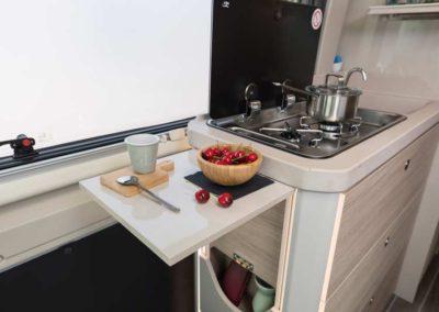 elangh e-van 2 cocina desplegada autocaravancarsalerent