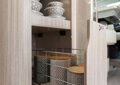 elnagh-t-loft-450-almacenaje-cocina-autocaravancarsalerent