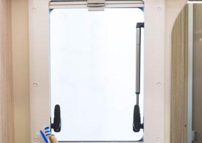 elnagh-t-loft-450-ventana baño-autocaravancarsalerent