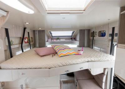 elnagh-t-loft-531-cama-superior-autocaravancarsalerent