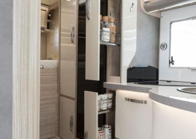 elnagh-t-loft-450-almacenamiento-cocina-1-autocaravancarsalerent